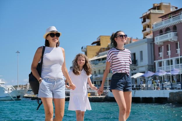 Moeder met kinderen middellandse zee zomervakantie.