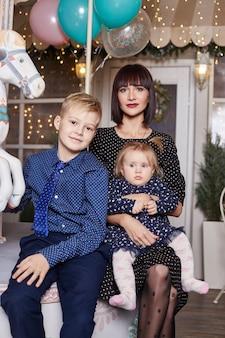 Moeder met kinderen op kerstavond