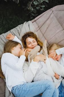 Moeder met kinderen plezier in een hangmat. moeder en kinderen in een hangmat.