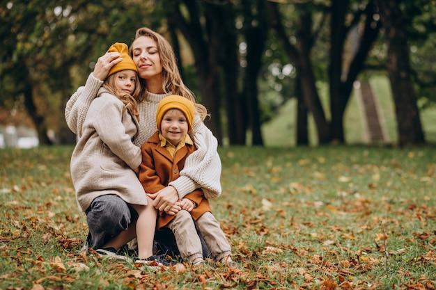 Moeder met kinderen plezier in park