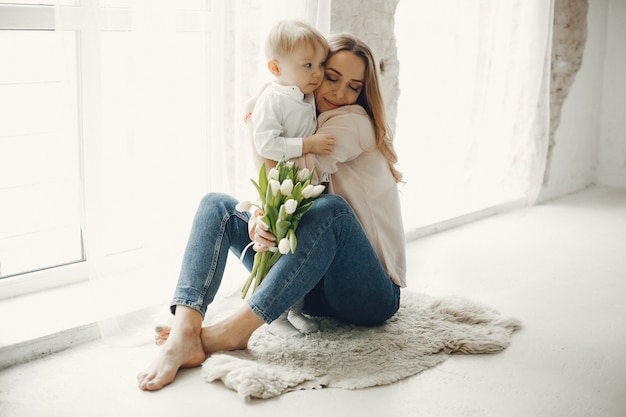 Moeder met klein kind om hme