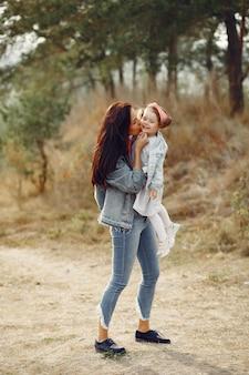 Moeder met kleine dochter die op een gebied speelt