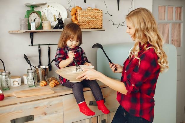 Moeder met kleine dochter in een keuken