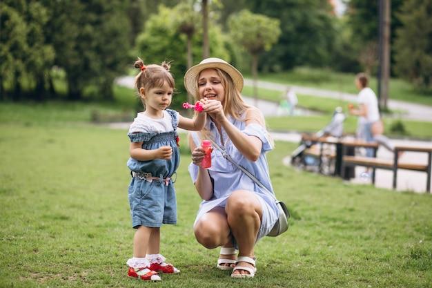 Moeder met kleine dochter in park