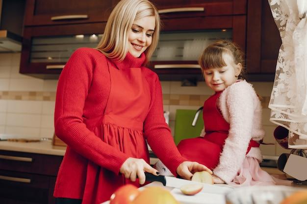 Moeder met kleine dochter thuis