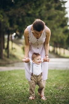 Moeder met kleine peuterzoon in park