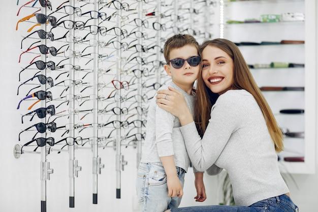 Moeder met kleine zoon in de bril winkel