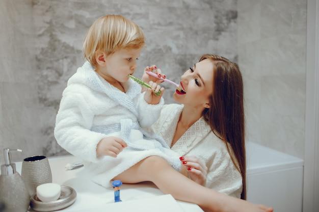 Moeder met kleine zoon in een badkamer