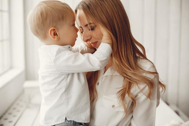 Moeder met kleine zoon in een kamer