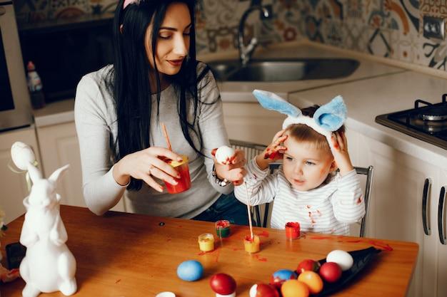 Moeder met kleine zoon in een keuken