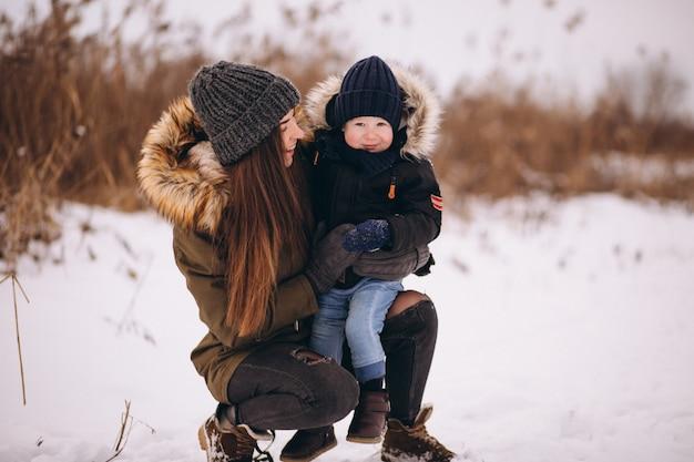 Moeder met kleine zoon in winter park