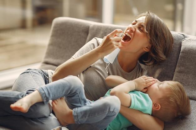Moeder met kleinere zoonszitting thuis op quarantaine