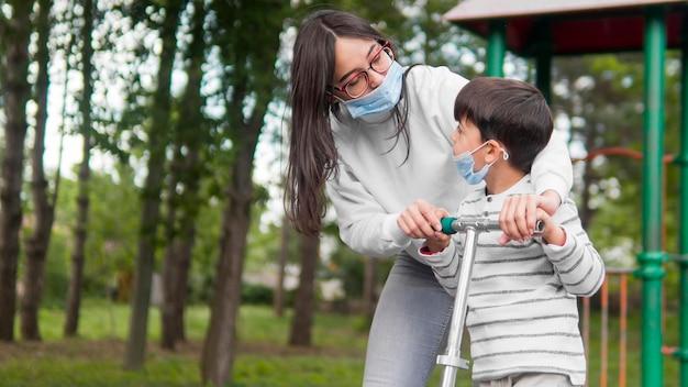 Moeder met leesbril spelen met haar zoon