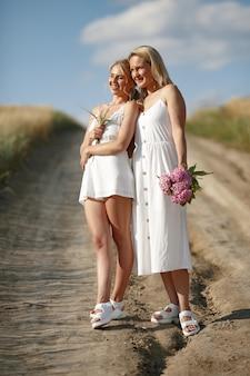 Moeder met mooie dochter op een de herfstgebied