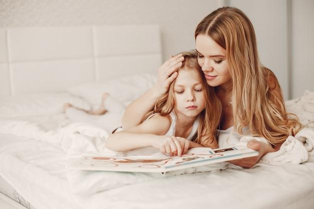 Moeder met schattige blonde dochter