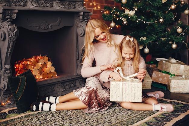 Moeder met schattige dochter thuis
