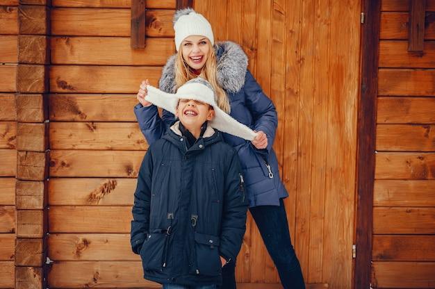 Moeder met schattige zoon in een winter-oark