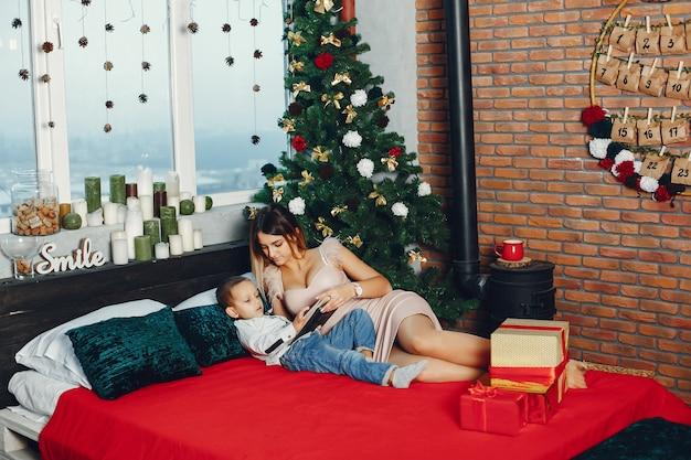 Moeder met schattige zoon vieren kerstmis