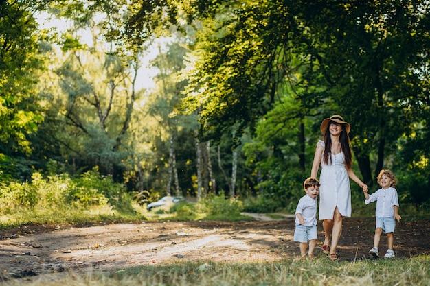 Moeder met twee zonen in park met plezier