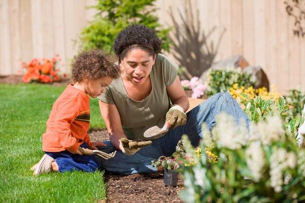 Moeder met zoon (2-3) in de tuin