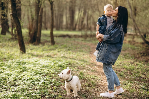 Moeder met zoon en hond