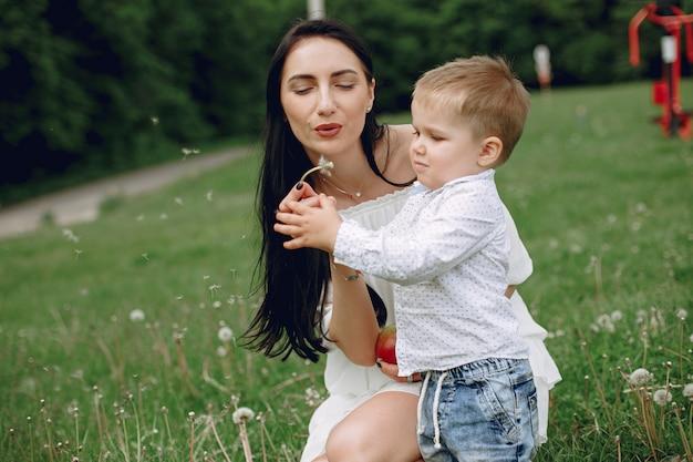 Moeder met zoon het spelen in een de zomerpark