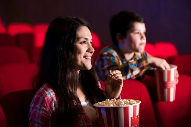 Moeder met zoon in de bioscoop