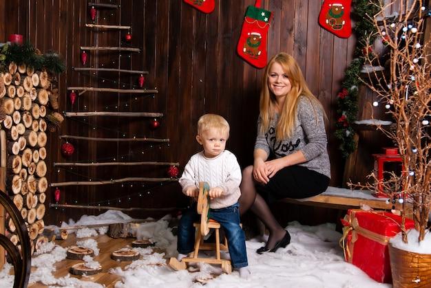 Moeder met zoon in kerstdag
