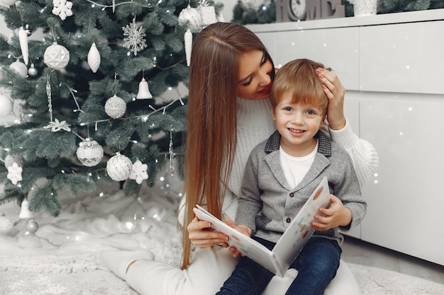 Moeder met zoon in kerstversieringen