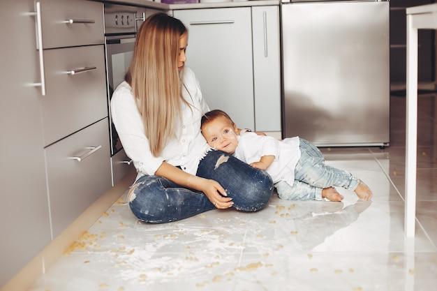 Moeder met zoon thuis