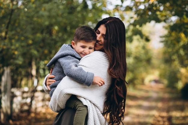 Moeder met zoontje in een herfst park