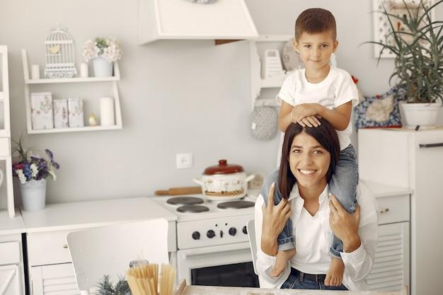 Moeder met zoontje plezier thuis