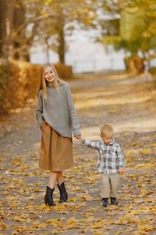 Moeder met zoontje spelen in een herfst veld