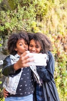 Moeder neemt een selfie met dochter.