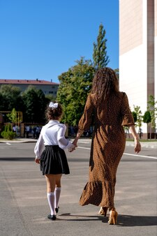Moeder neemt haar dochter mee naar de eerste klas