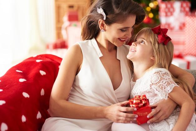 Moeder omhelst dochter en kijkt naar haar