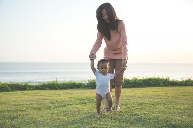 Moeder onderwijs baby om te lopen