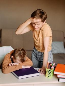 Moeder onderwijst en scheldt kind zoon thuis online onderwijs