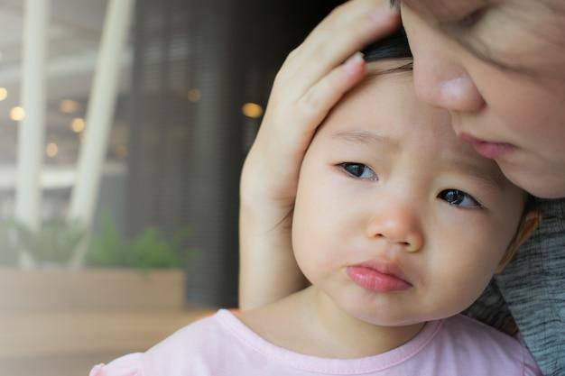 Moeder rustgevend huilend meisje.