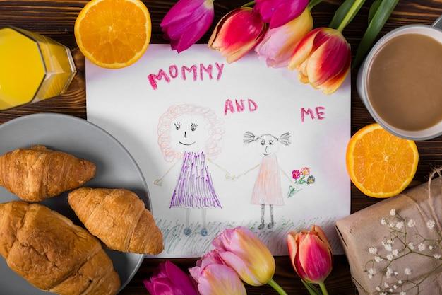 Moeder` s dagtekening rond bloemen en ontbijt