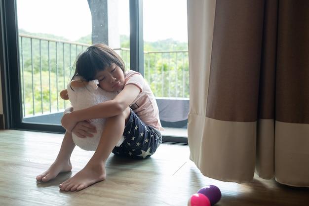 Moeder sloeg haar kind, kinderen huilden, verdrietig, jong meisje ongelukkig, concept van gezinsgeweld, selectieve focus en zachte focus