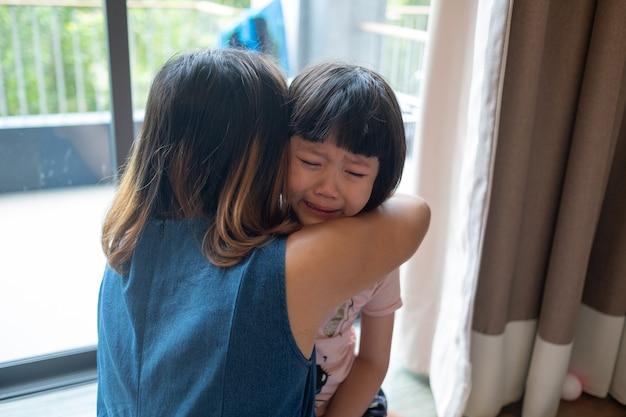 Moeder sloeg haar kind, kinderen huilen, verdrietig, jong meisje ongelukkig