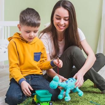 Moeder speelgoed met zoon spelen