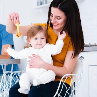 Moeder speelt met baby en speelgoed