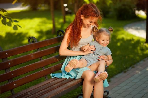 Moeder speelt met een kind in het park
