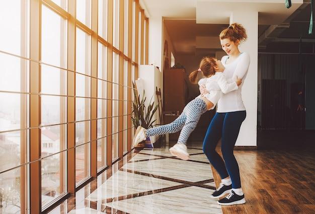 Moeder speelt met haar dochter te draaien