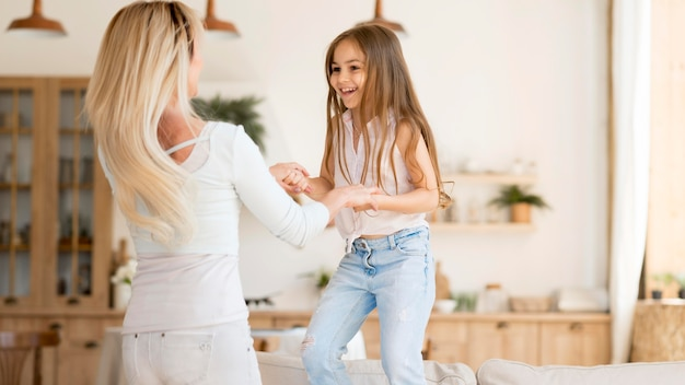 Moeder speelt met haar dochter thuis