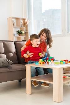 Moeder speelt met haar zoon