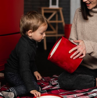 Moeder speelt met jonge jongen