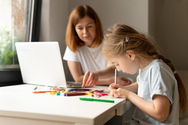 Moeder speelt thuis met haar dochter